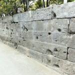 弾痕のある石塀